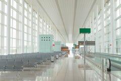 Inre för port för flygplatskorridor modern, ingen Arkivfoton