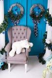 Inre för ` s för nytt år ekologiskt trä för julgarneringar Lyx ljusa rena ljusa härliga hemmiljöer Fåtölj med en björn Arkivfoton