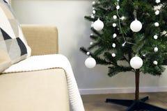Inre för ` s för nytt år En liten konstgjord julgran med leksaker och stearinljus Exponeringsglasportion arkivfoton