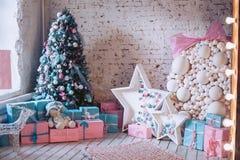 Inre för ` s för nytt år Julgran, dekorativa prydnader, gåvor och leksaker under den Lyxiga, ljusa härliga hemmiljöer Arkivbilder
