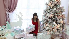 Inre för ` s för nytt år och härlig flicka med gåvor arkivfilmer