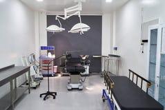 Inre för sjukhusrum med sängar royaltyfria foton