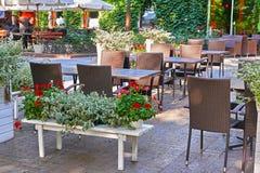 Inre för sommargatakafét i grön stad parkerar, utsmyckat med blommor och dekorativa beståndsdelar fotografering för bildbyråer