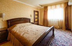 Inre för sovrum för klassiskt hotell för tappning guld- royaltyfri fotografi
