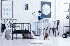 Inre för sovrum för tonåring` s med teleskopet royaltyfri fotografi