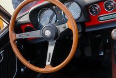 Inre för tappningAlfa Romeo bil - instrumentbräda för styrninghjul och kugghjulförskjutning arkivbild