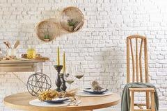 Inre för tegelstenvägg med den runda ramen och tabellen Royaltyfri Foto
