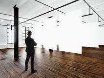 Inre för vind för expo för gentlemanmodern konstmuseum Öppet utrymmestudio Tomt vitt hänga för kanfas Wood golv, tegelstenvägg royaltyfri fotografi