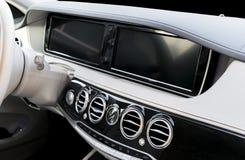 Inre för vitt läder av den lyxiga moderna bilen Bekväm vit för läder multimedior styrninghjul och instrumentbräda fotografering för bildbyråer