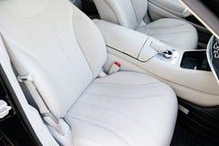 Inre för vitt läder av den lyxiga moderna bilen Inre för lädercomfortWhiteläder av den lyxiga moderna bilen läder Royaltyfria Foton