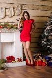 Inre foto för mode av härliga sexiga flickor med klänningar för parti för kläder för blont hår lyxiga och jultomtenhattar, hållan Royaltyfria Foton