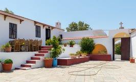 Inre gård av den traditionella grekiska kyrkan på den Rhodes ön, GreeceInner gård av den traditionella grekiska kyrkan på den Rho Royaltyfri Bild