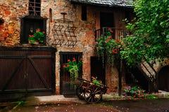 Inre gårdplats på Kaysersberg, Frankrike Royaltyfria Bilder