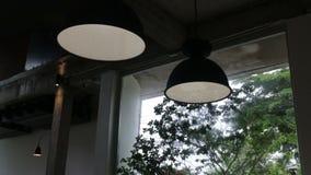 Inre hängande ljus lampa för tappning i coffee shop stock video