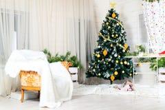 Inre härlig glad jul Dekorerad julgran, ar Arkivbild