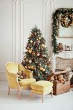 Inre härlig jul nytt år för garnering Vardagsrum med spis fotografering för bildbyråer