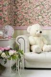 Inre hörn för vardagsrum med nallebjörnen, väggpapper, klockan, vaser och blommor Fotografering för Bildbyråer