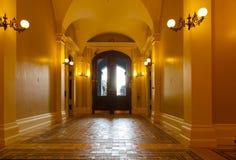 Inre hall som ut leder den Kalifornien statKapitolium royaltyfri bild