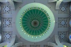 Inre huvudsaklig kupol av Sultan Ahmad Shah 1 moské i Kuantan Arkivfoton