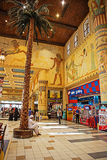 Inre IBN Battuta Mall lager. Varje korridor dekoreras i set Royaltyfri Foto