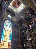 Inre inom den gamla ortodoxa kristna kyrkan i ett muslimskt arabiskt islamiskt land med symboler, böner, gudväggmålningar, prydna arkivfoto