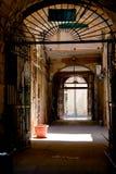 inre italiensk stads- gård för hus Arkivfoto