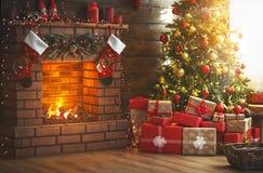 Inre jul magiskt glödande träd, spis, gåvor royaltyfria bilder