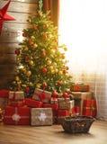 Inre jul magiskt glödande träd, spis, gåvor royaltyfri bild