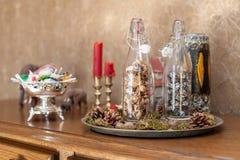 Inre jul planlägger med flaskor royaltyfri fotografi