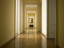 Inre klassisk lång korridor, ingen inom Royaltyfri Bild