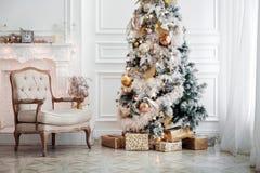 Inre klassisk vit jul Arkivfoton