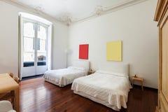 Inre klassiskt sovrum royaltyfri foto