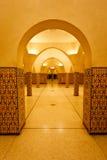 Inre kolonner av det turkiska badet för hammam arkivfoto
