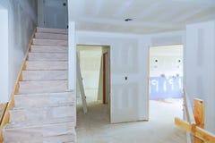 inre konstruktion för tak för bräde för gips för husförändringsarbeten Arkivfoto