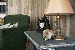 Inre kontor med ett skrivbord, lampa Royaltyfria Foton