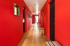 Inre korridor av ett modernt hus royaltyfri fotografi
