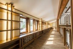 Inre korridor med ädelträväggar Arkivfoto