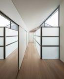 Inre korridor med vägggarderober arkivbild