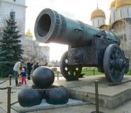 inre kremlin Sikt av tsarkanonen royaltyfria foton