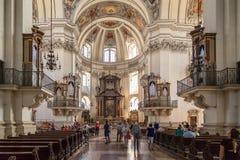 Inre kupolsikt av den Salzburg domkyrkan royaltyfria foton