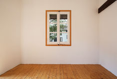 Inre lantligt hus, litet fönster Arkivfoto