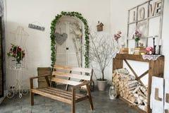 Inre lantligt rum med bänk- och vedträvedtrave Arkivfoton