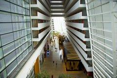 Inre lobby av det lyxiga Marina Bay Sands hotellet arkivbilder