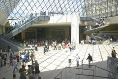 Inre lobby av Louvremuseet, Paris, Frankrike Royaltyfria Foton