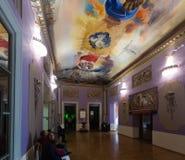 Inre med berömda arbeten av konstnären i Dali Museum Arkivbild