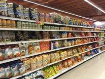 Inre mellanmål- och chipgång för livsmedelsbutik Royaltyfri Fotografi