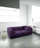 inre minimalist purpur sofa royaltyfria foton