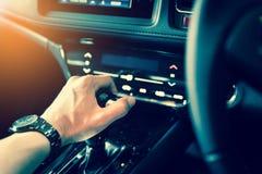 Inre modern bilkonsol för Closeup med fullt vindrutashowutrymme av framsäte- och passagerarekabinen, kugghjulask, styrninghjul Arkivfoton