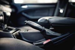 Inre moderna bilbeståndsdelar, närbild av handbromsen Arkivbilder