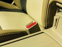 Inre moderna bilbeståndsdelar, närbild av säkerhetsbältet Royaltyfri Bild